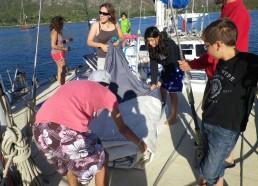 Les matelots sortent la voile de misaine