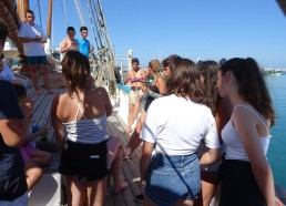 Partage du goûter avec le CLJ sur le bateau