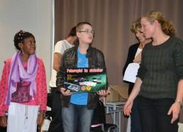 Stella et Florent remettent un dernier prix surprise pour l'institut Curie: une mallette de poker !