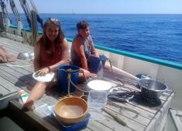 Aziliz et Kylian à la vaisselle version bateau